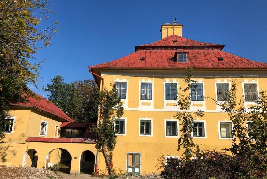 Villa mit Nebengebäude
